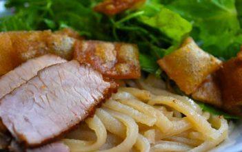 cao-lau-lo-specialite-culinaire-hoi-an-vietnam